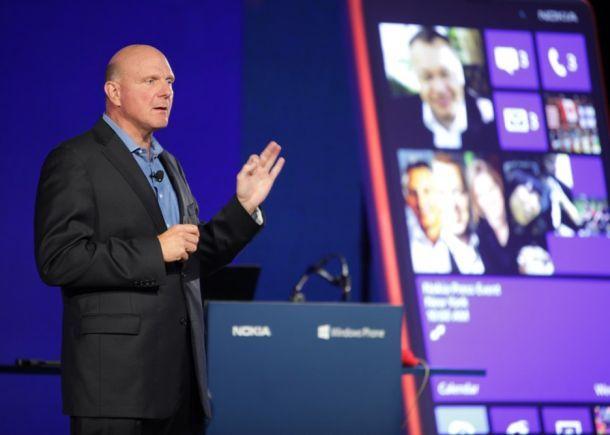 Steve Ballmer bei einer Nokia-Pressekonferenz zu Windows Phones im Herbst 2012 (Bild: Micosoft).