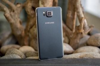 Das Samsung Galaxy Alpha kommt mit Metallrahmen, einer Kunstsoffrückseite und einer darin verbauten 12-Megapixel-Kamera (Bild: CNET.com).