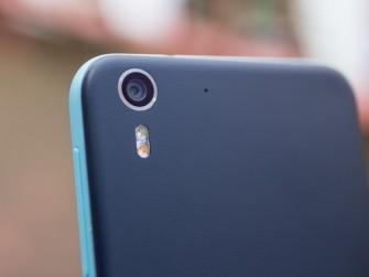 Die rückseitige Kamera löst ebenfalls mit 13 Megapixel auf, hat aber eine f2.0-Blende und eine 28-Millimeter-Linse (Bild: CNET.com).