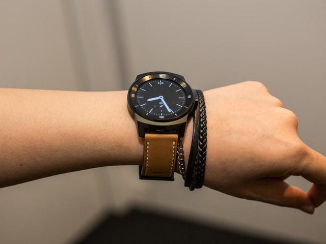 Die LG G Watch R mit rundem Display und Android Wear als OS kommt Anfang November für 269 Euro auf den Markt (Bild: CNET.com).