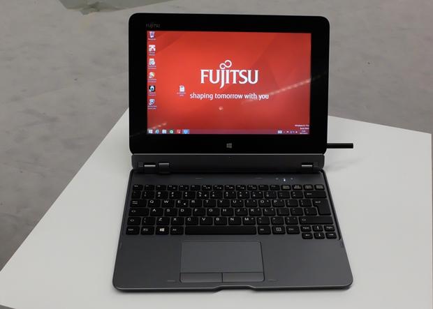 Durch das matte Display ist das neue Fujitsu-Tablet Stylistic Q555 sehr augenfreundlich. Die abnehmbare Tastatur ist optional. Rechts ist der halb eingesteckte Eingabestift zu sehen. (Foto: Mehmet Toprak)