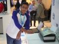 Shubham Banerjee mit dem von ihm entwickelten Braille-Drucker auf dem Intel Developer Forum im September (Bild: Braigo Labs).