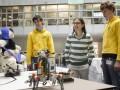 Schülerinnen und Schüler bei der Vorstellung von Open Roberta (Bild: Matthias Heyde / Fraunhofer IAIS)