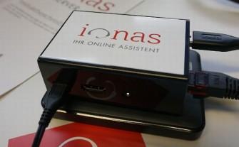 Beim Ionas-Server wird die externe Festplatte per USB an den Mini-Rechner angeschlossen. Der Netzwerkanschluß stellt die Verbindung zum Router her (Bild: Ionas).