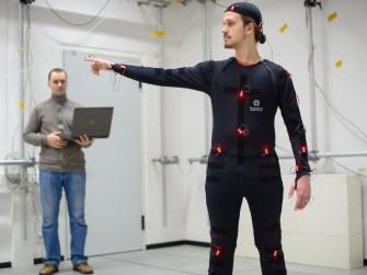 Bei dem Verfahren der Forscher aus Saarbrücken werden Bewegungen von Kameras aufgezeichnet und auf die Belastung für den Körper analysiert (Bild: Oliver Dietze)