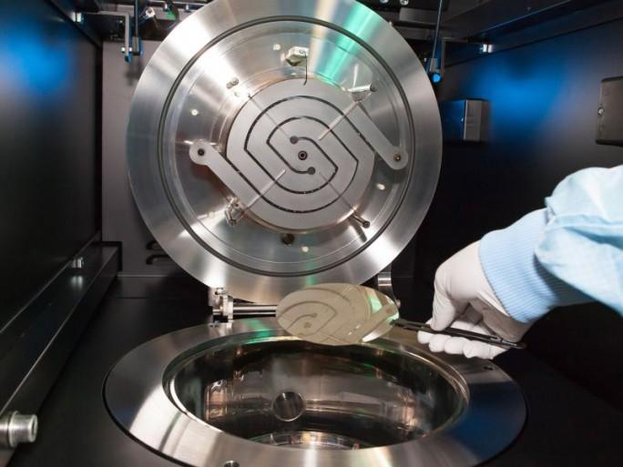 """Der CVD-Reaktor """"Black Magic"""" erlaubt am Fraunhofer IAF die Abscheidung von Graphen. Künftig soll eine kostengünstige und einfachere Technologie die Abscheidung und den Transfer von Graphen auf Aluminiumnitrid-basierte Bandpassfilter ermöglichen (Bild: Fraunhofer IAF)."""
