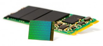 intel-micron-3d-nand-die-with-m2-ssd_ (Bild: Intel)