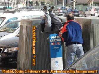 """Der """"Madridman"""" hat Menschen beobachtet, die Papier """"sackweise"""" aus einem Container in ein Auto verfrachtet haben – und vermutet, dass es sich um Datendiebe handelt. Dienstleister sollten das bei der Entsorgung von Akten mit personenbezogenen Daten berücksichtigen (Bild: MadridMan.com)."""
