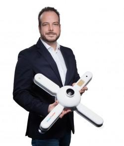 Dedrone-Geschäftsführer Ingo Seebach mit einem Drone Tracker (Bild: Dedrone).