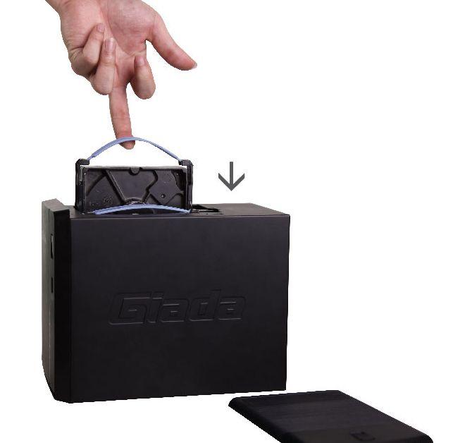 Um die Festplatten auszutauschen, muss lediglich der Deckel abgenommen werden, sie lassen sich dann dank spezieller Schlaufen einfach herausziehen (Bild: Jehe Technology).
