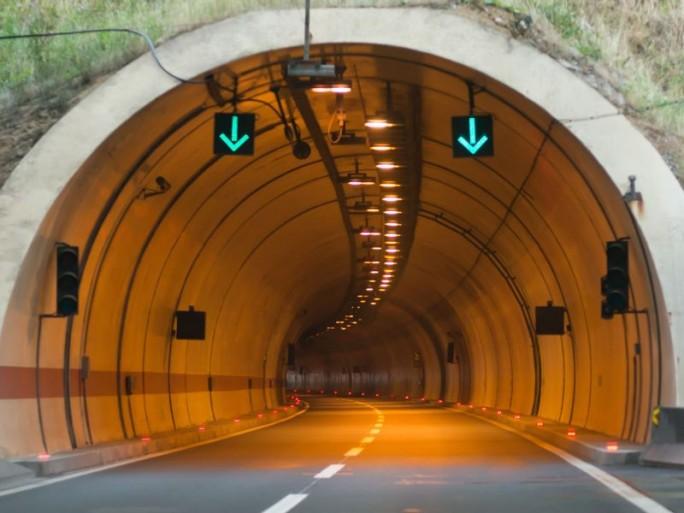 Tunnel (Shutterstock /Aerogondo2)