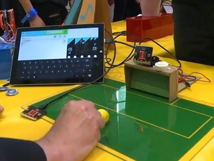 Ein bei  der Vorstellung des Micro Bit gezeigtes Beispielprojekt könnte helfen, ein erhebliches Defizit in Großbritannien zu beseitigen:  Fußballspiele durch Elfmeterschießen zu gewinnen (Screenshot: ITespresso bei BBC).