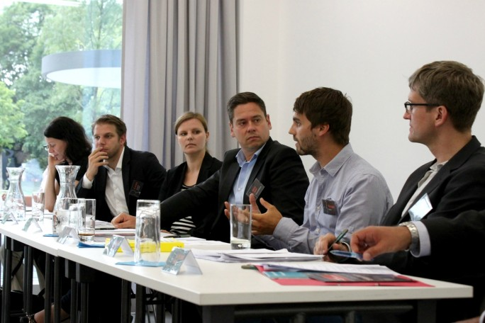 Auf einer Podiumsdiskussion erläutert Philipp Benkler, Gründer und Geschäftsführer von Testbirds (2. v. r.) das Konzept des Unternehmens.  (Foto: Testbirds)