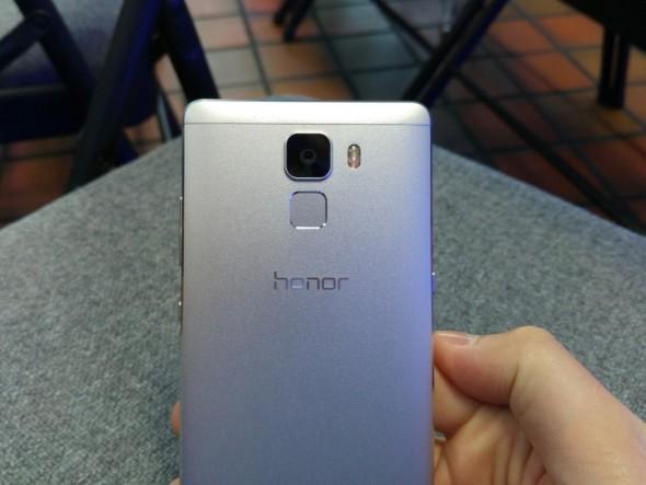 Das Honor 7 kommt mit einem Metallgehäuse, einer 20-Megapixel-Kamera und einem Fingerabdruckscanner auf der Rückseite (Foto: Übergizmo.de)