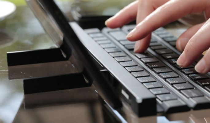 Der Tablet- respektive Smartphone-Standfuß des LG Rolly Keyboard KBB-700 (Bild: LG Electronics)