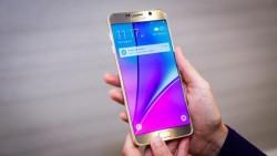 Das Galaxy Note 5 offeriert wie sein Vorgänger wieder ein 5,7 Zoll großes Display, ist dafür aber etwas kompakter geworden (Bild: CNET.com).