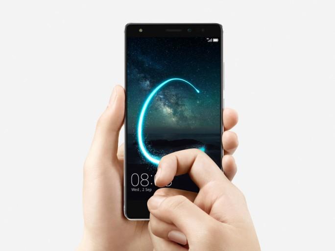 """Ein mit dem Fingerknöchel gezeichnetes """"C"""" akiviert bei Huaweis Knuckle Control 2.0 zum Beispiel die Kamera (Bild: Huawei)."""