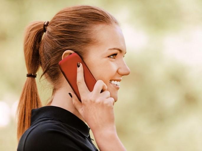 frau-mit-smartphone-telefonierend-shutterstock (Bild: Shutterstock)