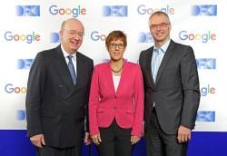 Professor Wolfgang Wahlster, CEO des DFKI, die saarländische Ministerpräsidentin Annegret Kramp-Karrenbauer und Wieland Holfelder, Engineering Director bei Google Deutschland (Bild: DFKI).