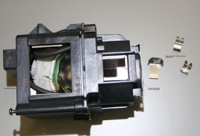 Schadensbild einer gefälschten Projektorlampe: Durch minderwertige Qualität kam es zu Überhitzung, dadurch ist die Lampe geschmolzen (Bild: Epson)