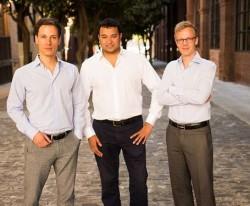 Die Zencap-Gründer Matthias Knecht (rechts) und Christian Grobe (links) mit dem Funding-Circle-Gründer Samir Desai. (Bild: Funding Circle)