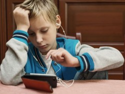 Einer aktuellen Studie zufolge geht von Smartphones für Kinder und Jugendliche eine hohe Suchtgefahr aus (Bild: Shutterstock/Ottochka)
