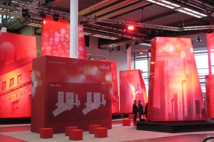 Ruhe vor dem großen Andrang: Der Eingangsbereich des Fujitsu-Forums 2015 auf der Münchner Messe (Foto: Mehmet Toprak).