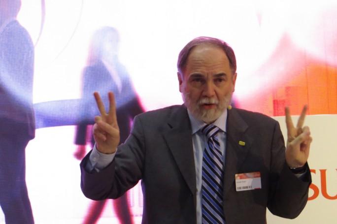 Fujitsus Chef-Visionär, Joseph Reger (Chief Technology Officer EMEIA (Europe, Middle East, India, Africa) bei einer Fragestunde mit internationalen Journalisten. Reger gilt als Begründer des Innovationsprozess bei Fujitsu und hat maßgeblichen Einfluss auf die Produkt-Strategie des IT- Riesen. (Foto: Mehmet Toprak)