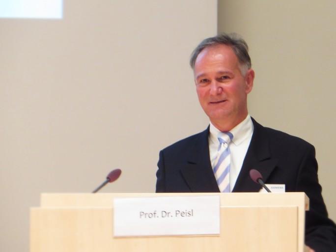 Professor Thomas Peisl von der Hochschule München erklärt auf einer Tagung der Deutsch-Finnischen-Handelskammer die Vorteile der Innovation durch die Crowd (Foto: Mehmet Toprak).