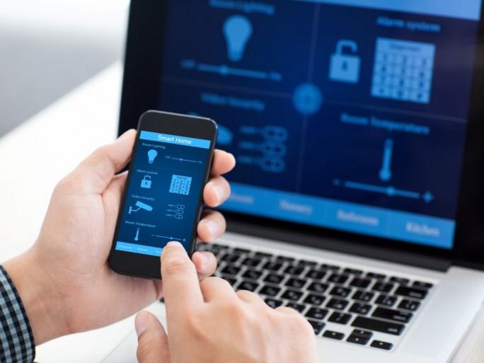 Smart Home Hacker (Bild: Shutterstock/Denys Prykhodov)