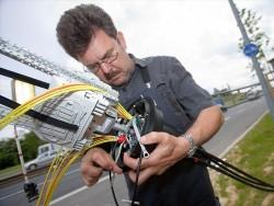 Telekom-Techniker beim Aufrüsten einer Lestung für Vectoring (Bild: DTAG).