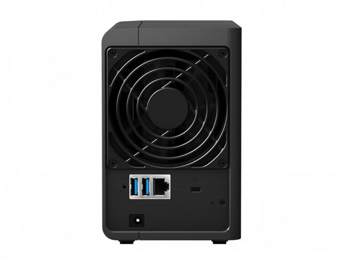 Auf der Rückseite verfügt das Synology-NAS DS216 über zwei USB-3.0-Ports, einen Gigabit-LAN-Anschluss und einen 9,2 mal 9,2 Zentimeter großen Lüfter (Bild: Synology).
