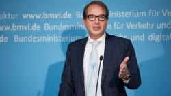 Bundesminister Alexander Dobrindt hat jetzt den 31 ersten Kommunen Förderbescheide für den Breitbandausbau überreicht (Bild: BMVI).