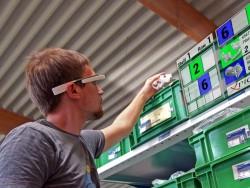 Datenbrillen könnten künftig bei der Suche nach Bauteilen, indem sie Regalfach und Artikelnummer einblenden (Bild: Ubimax GmbH).