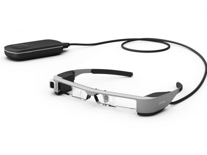 Im Vergleich zum Vorgänger hat Epson die Moverio BT-300 bei Display, Prozessor Kamera udn Konnektivität aufgerüstet (Bild: Epson).