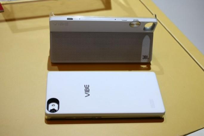 Beim 2014 vorgestellten  Vibe Z2 experimentierte Lenovo mit Extensions und nahm damit ein bisschen das vorweg, was LG jetzt beim soeben präsentierten G5 - allerdings eleganter - umgesetzt hat (Bild: CNET.de).