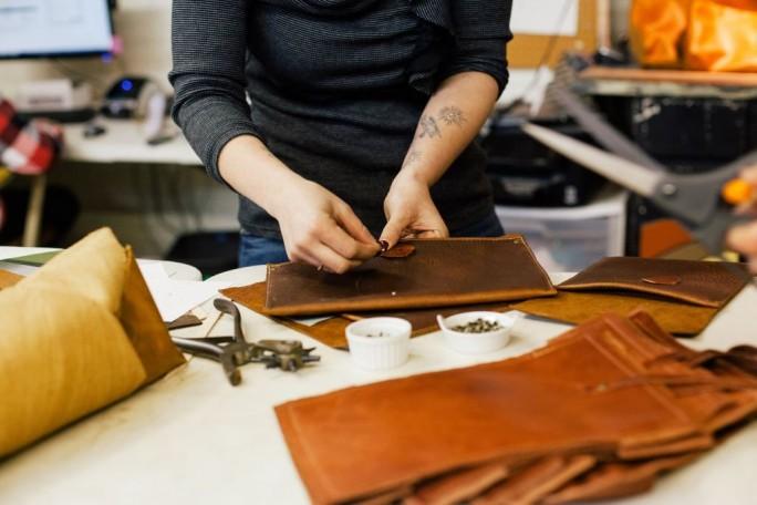 2015 hat in den USA die Firma In Blue Handmade, eine Werkstatt für handgefertigte Lederwaren mit einem zehnköpfigen Team, den Hauptpreis des FedEx-Wettbewerbs für KMU gewonnen (Bild: FedEx)