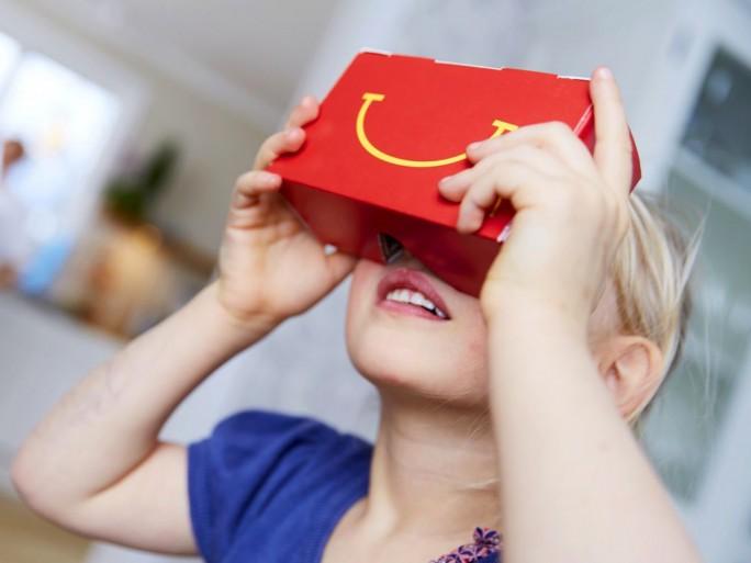 In Schweden expermientiert McDonald´s an den kommendne beidne Wochenenden mit einem Virtail-Reality-Set, das aus der Verlpackung für das Kindermenüpe zusammengestzt wird (Bild: McDonald´s Sverige).