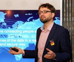 Ciscos Deutschland-Chef Oliver Tuszik bei der Erläuterung der Innovationsstrategie in dem im Herbst 2015 von Cisco eröffneten IoT-Forschungszentrum openBerlin (Bild: Cisco).