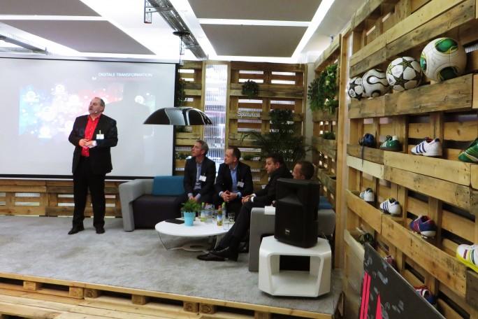 Die Führungsmannschaft von Kyocera gibt einen Ausblick auf die Bürowelt der Zukunft. Die Veranstaltung fand in passender Umgebung statt, dem Smart Village in München. Hier sollen Startups und Kreative Büroflächen mieten, die kreativ-entspanntes Arbeiten ermöglichen. Auch Seminar- und Tagungsräume werden angeboten. (Foto: Mehmet Toprak)