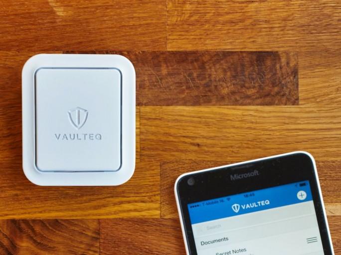 In der kleinen, weißen Box arbeitet ein Raspberry Pi 2 als Herz des Passwortmanagers, Apps für Android und iOS sowie Plug-ins für gängige Browser erleichtern die Nutzung (Bild: Vaulteq).