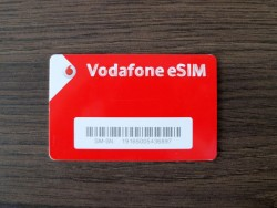 Bei einer eSIM (embedded SIM - alss eingebauter SIM) erhält der Mobilfunkunde nur noch einen Aktivierungscode, keine Plastik-SIM mehr, die er dann in das Gerät einsetzen muss. (Bild: Vodafone).