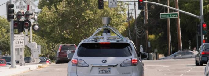 Eines der zum selbstlenkenden Google-Fahrzeug umgebauten Lexus-Modelle, das derzeit in den USA erprobt wird (Bild: Google).