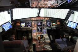 Auch in Flugzeugen hält mehr und mehr Standard-IT Einzug. Beispielsweise hat Austrian im Cockpit einer A320 schon Microsofts Surface 3 Pro getestet (Bild: Microsoft).