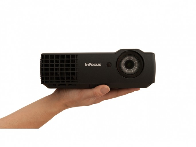 InFocus-IN1116-IN1118HD-Front-Hand-300dpi-CMYK (Bild: Infocus)