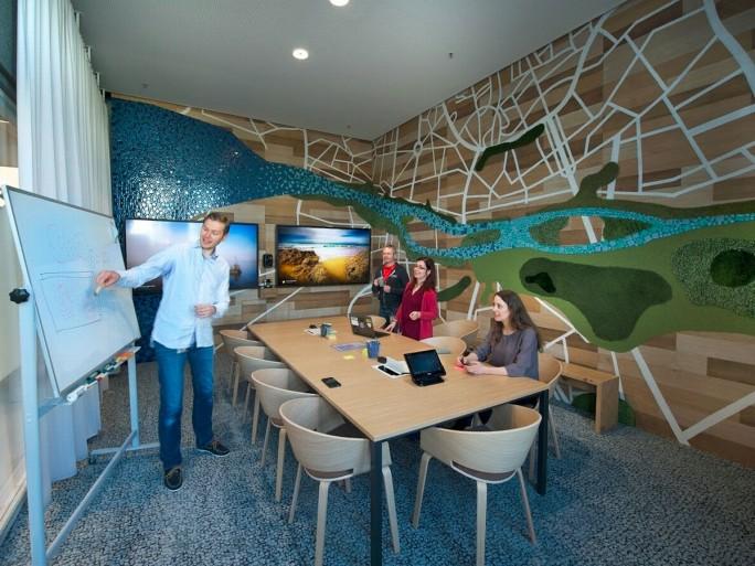 Offensichtlich auch bei Google in Meeting-Räumen unverzichtbar: das Whiteboard (Bild: Google).