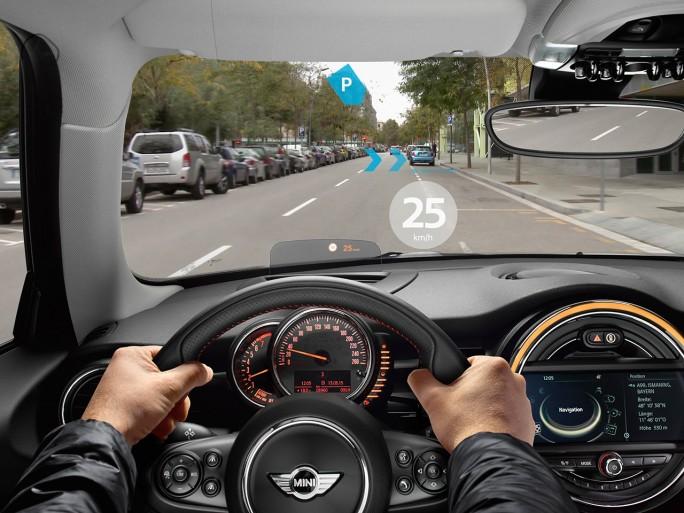 In Deutschland ganz klar ein Bereich mit vielen Möglichkeiten ist der Automobilbau. Die schon 2014 gezeigte Mini Augmented Vision projiziert zum Beispiel Navigationselemente direkt auf die Straße. (Bild: BMW)