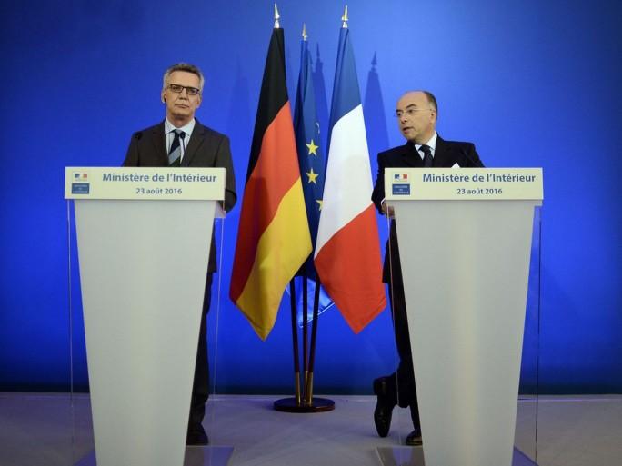 Thomas de Maizière und Bernard Cazeneuve bei der Bekanntgabe ihrer gemeinsamen Stellungnahme gestern in Paris (Bild: Bundesinnenministerium)