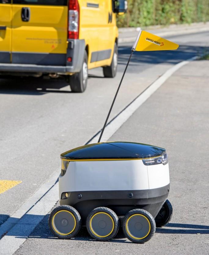 Der Lieferroboter bewegt sich vornehmlich auf Gehwegen und in Fußgängerzonen. Bei schwierigen Verkehrssituationen kann ein Operator aus der Leitstelle eingreifen (Bild: Schweizerische Post).