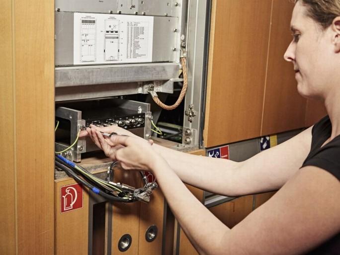 Einbau der neuen Multiprovider-Technik, auf der das WLAN-Angebot in Wagen der zweiten Klasse dann zugreifen soll, in einem ICE-Wagen (Bild: Martin Moritz/Deutsche BahnAG)